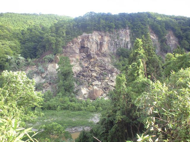 磐井川沿いの斜面崩壊